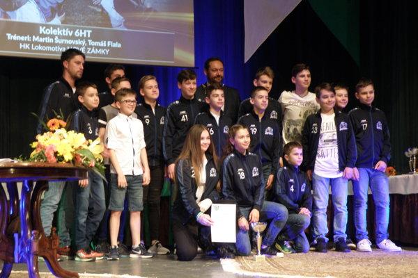 Ocenenie si prevzal aj kolektív mladých hokejistov HK Lokomotíva Nové Zámky - ŠHT 6 pod vedením trénera Tomáša Fialu.