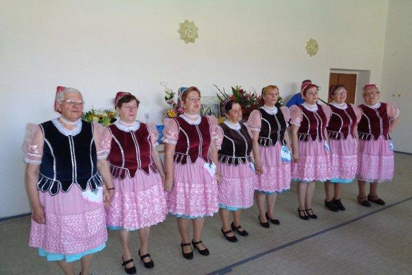 Pani Mária (prvá zľava) udržuje spoločne so ženskou speváckou skupinou Olšava tradície.