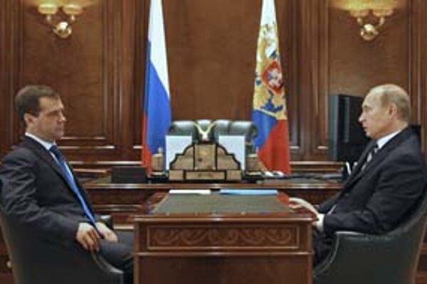 Dmitrij Medvedev a Vladimir Putin. Ide im o obchod alebo o politiku?