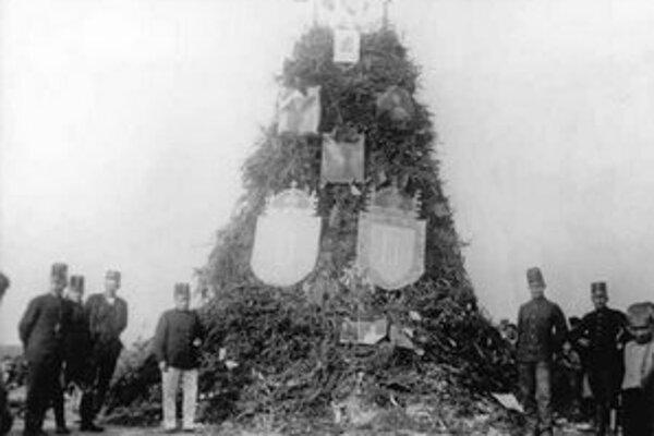 Pálenie rakúsko–uhorských symbolov v Prahe 29. októbra 1918.