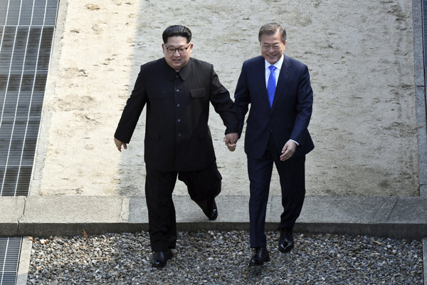 Severokórejský líder Kim Čong-un (vľavo) a juhokórejský prezident Mu Če-in.
