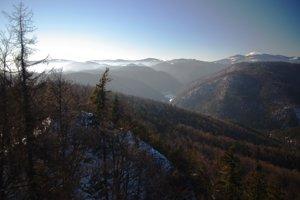 Z Gačovskej skaly na západ -  Nízke Tatry, západna časť Raja a Stolické vrchy.