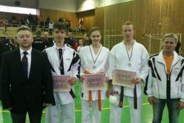 Úspešní pretekári Style karate Lednické Rovne s trénermi.