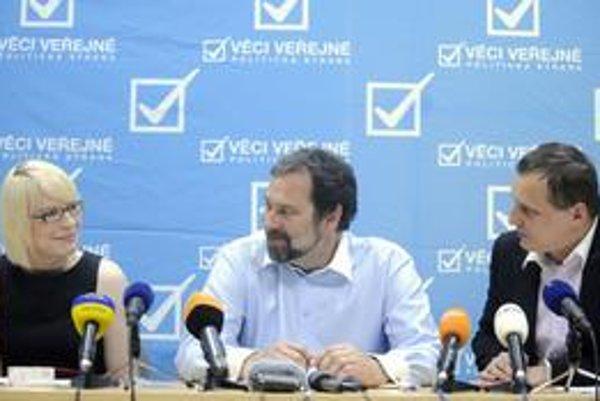 Lídri John (vľavo) a Bárta oznamujú výsledok vnútrostraníckeho referenda o koalícii.
