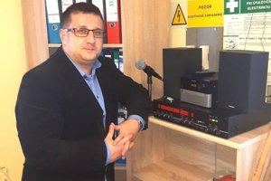 V obciach sa na informovanie ľudí stále používajú aj rozhlasy. (Na fotografií Marek Straka - starosta Slovian).