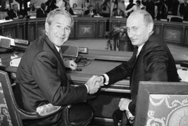 Lepší zlý republikán ako ešte horší demokrat (na snímke americký prezident George Bush a ruský prezident Vladimir Putin na summite G 8 v júli tohto roku).