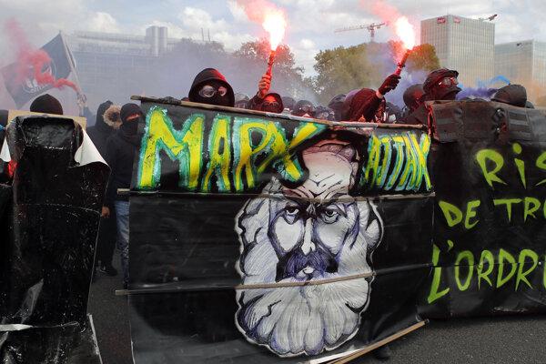 Propagátori myšlienok Karla Marxa pochodujú Parížom.