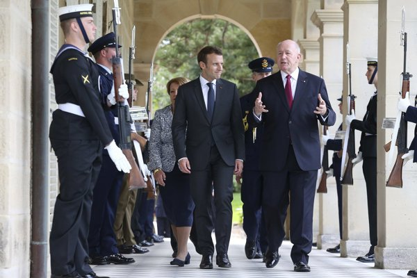 Francúzsky prezident Emmanuel Macron a Sir Peter Cosgrove, guvernér Austrálie.