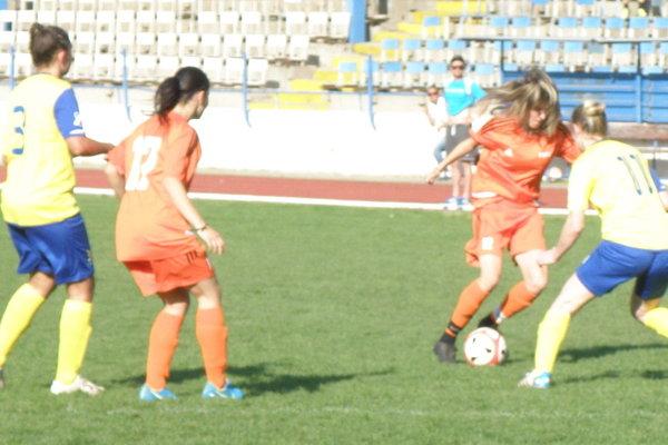 Pri lopte hráčka FC Union Alexandra Škulová, ktorá vzápase vynikala aktivitou astrelila aj gól.