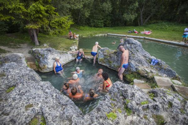 Kaďa je prírodné kúpalisko sminerálnou vodou abezplatným vstupom.