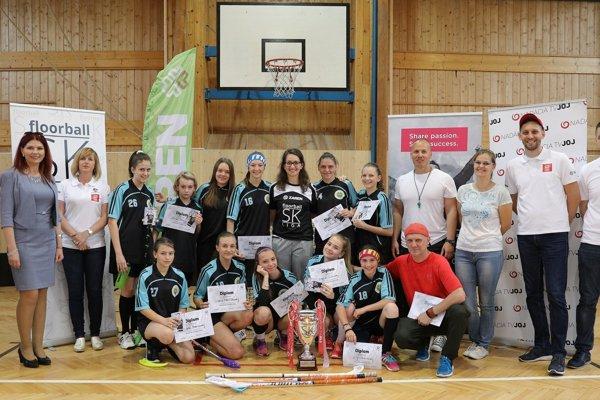 Spoločná fotgrafia víťazného družstva dievčat s hosťami podujatia po vyhlásení výsledkov.
