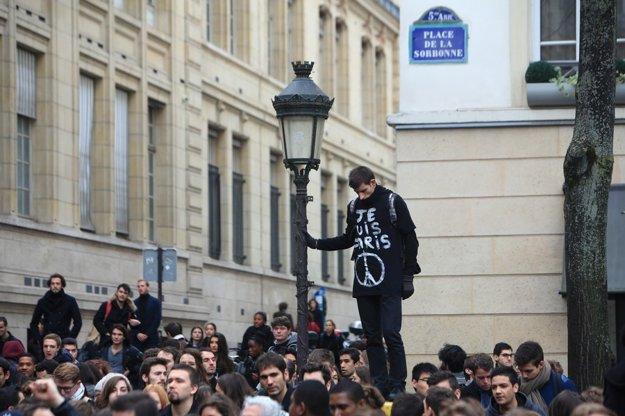 Desiatky ľudí sa nehanbili za svoj žiaľ, pretože chápu, čo udalosti v Paríži znamenajú pre našu spoločnosť.