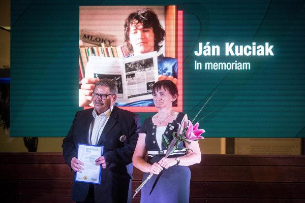 Rodičia Jána Kuciaka preberajú Cenu Fondu investigatívnej žurnalistiky.