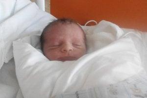 Vratko Poštrk (2400 g, 48 cm) sa narodil 15. apríla Denise a Miroslavovi z Pečenian. Doma sa na bračeka teší dvojročná Agátka.