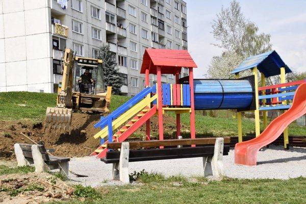 Z rekonštrukcie detského ihriska na Ul. SNP.