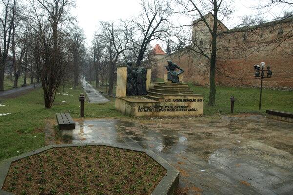 Priestor pri pamätníku dnes nevyzerá  príliš dobre.