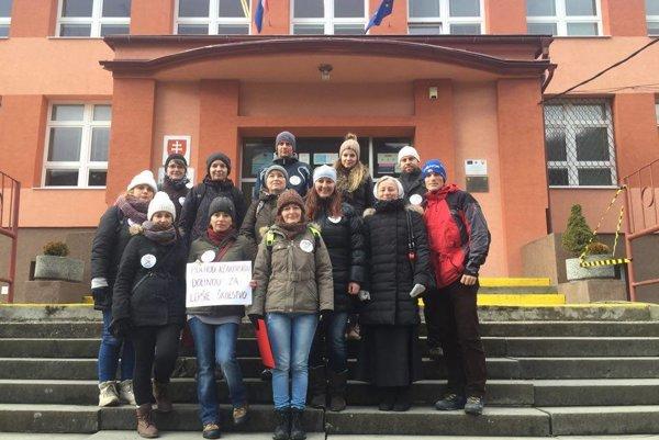 Účastníci pochodu pred budovou základnej školy v Župkove.
