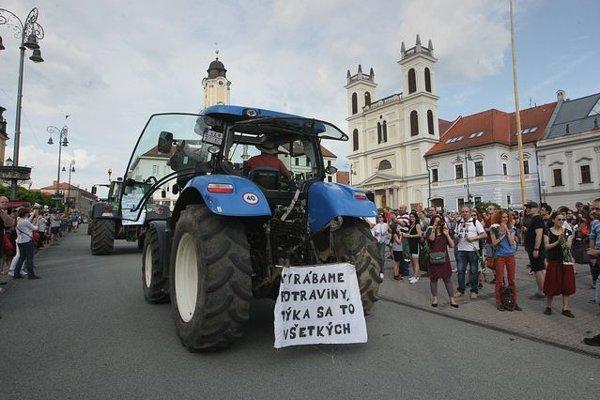 Zhromaždenie prišli podporiť aj farmári.