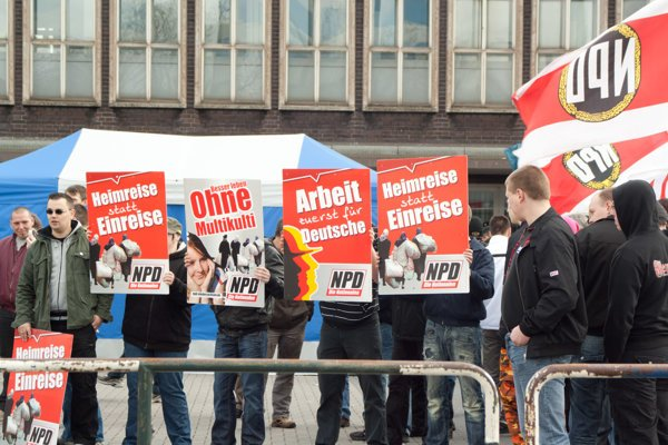 """""""Práca len pre Nemcov,"""" hlása jeden z transparentov nemeckých neonacistov."""
