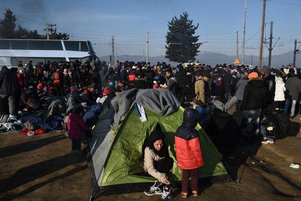 Utečenci vyčkávajú na grécko-macedónskej hranici na povolenie na prechod.