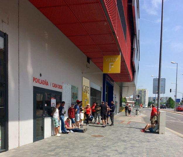 Na posledný lístok je každý fanúšik Spartaka ochotný čakať aj viac ako dve hodiny.