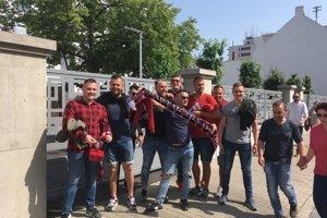 Fanúšikovia Spartaka sú pred zápasom dobre naladení.
