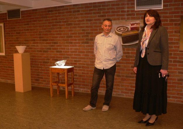 Hostí vernisáže privítali prodekanka fakulty Adriana Récka a kurátor výstavy - pedagóg Daniel Szalai.