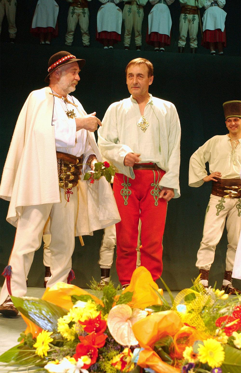 Na sn. M. Dočolomanskému pri príležitosti jeho 60. narodenín, ktoré oslávil 25. marca, zablahoželal kolega Leopold Haverl (vľavo).