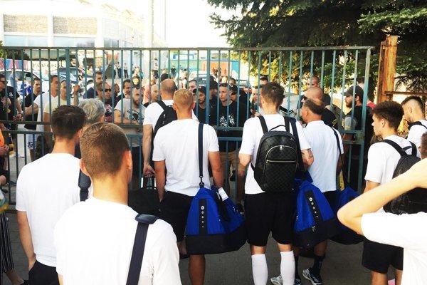 Skupina nespokojných fanúšikov Nitry si po zápase počkala na hráčov acez zavretú bránu snimi viedla debatu.