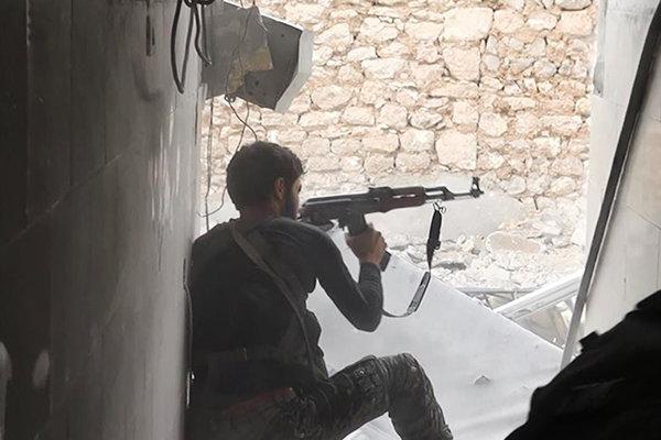 Militant Islamského štátu strieľa v sýrskom meste Kobané.