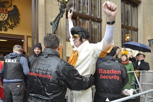 Na snímke účastník v kostýme Elvisa počas bezpečnostnej kontroly v rámci karnevalu v Kolíne nad Rýnom.
