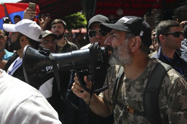 Líder protestov a nový premiér Nikol Pašinjan.