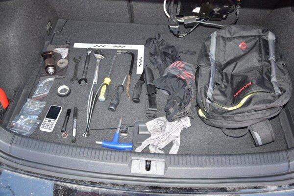 Vo vozidle našla polícia viaceré predmety a zlodejské náčinie.