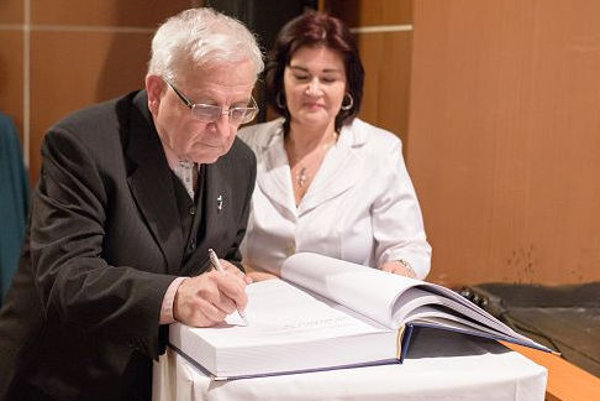 Profesor Belo Felix sa stal čestným občanom mesta. V Žiari kedysi spoznal aj manželku.