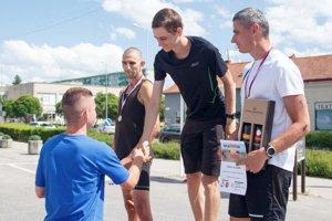 Ladislav Kováč z organizátorského tímu blahoželá víťazovi Matejovi Páleníkovi.