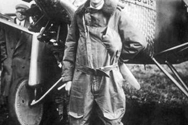 Charles Lindbergh pri svojom jednomotorovom lietadle,