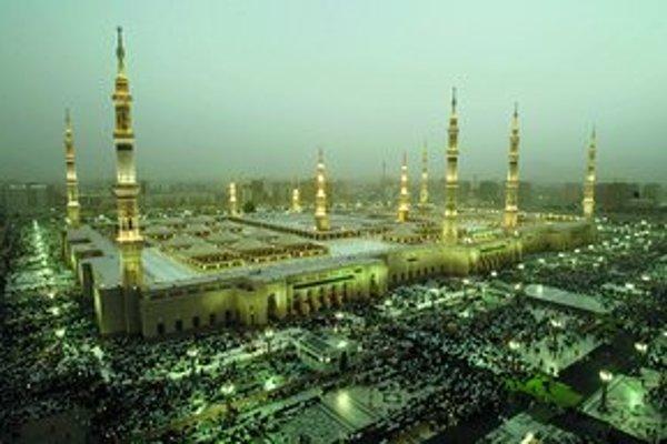 Tisícky pútnikov mieria do chrámu v Medine, ktorý stojí nad údajným Mohamedovým hrobom.