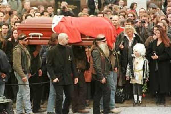 Rakvu s telom speváka niesli k hrobu motorkári spolku Outsidern, tí, ktorí vystupovali v roku 1985 v klipe Rock Me Amadeus.