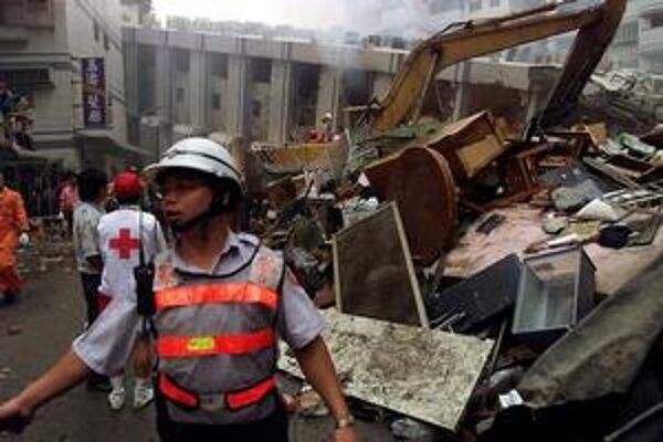 V metropole Tchajpej sa zrútili viaceré výškové budovy.  ARCHÍV TASR/AP, ARCHÍV AUTORA