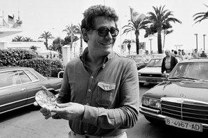 Taliansky režisér Ermanno Olmi ukazuje ocenenie od Medzinárodnej ekumenickej poroty pri príchode na odovzdávanie filmových cien vo francúzskom Cannes.