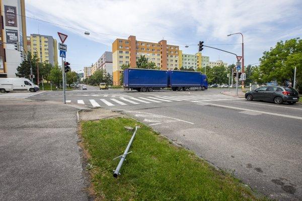 Najviditeľnejším pozostatkom nehody prázdneho autobusu je povalená dopravná značka.