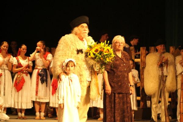 V popredí Pavol aAmália Kužmovci pri 40. výročí založia súboru Kelčovan.