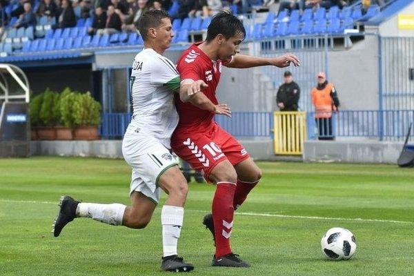 Na snímke vľavo Lukáš Micherda (1. FC Tatran Prešov) a vpravo Ronaldo Chacón (FK Senica).