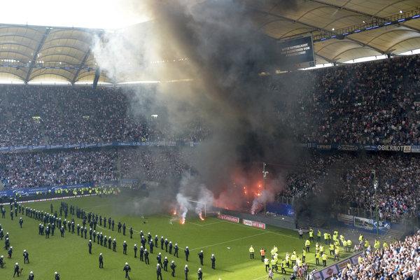 Fanúšikovia Hamburgu prerušili zápas.