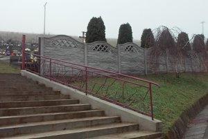 Nový plot okolo cintorína.