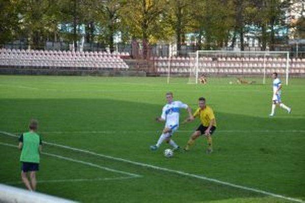 Púchovčan Hamár (v bielom) v súboji s obrancom Nededa.