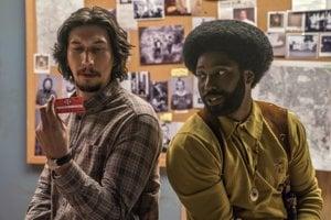 Adam Driver a John David Washington s preukazom z Ku Klux Klanu vo filme BlacKklansman od režiséra Spikea Leeho.