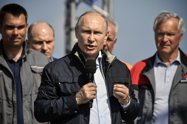 Vladimir Putin pri otvorení mosta na Kryme.