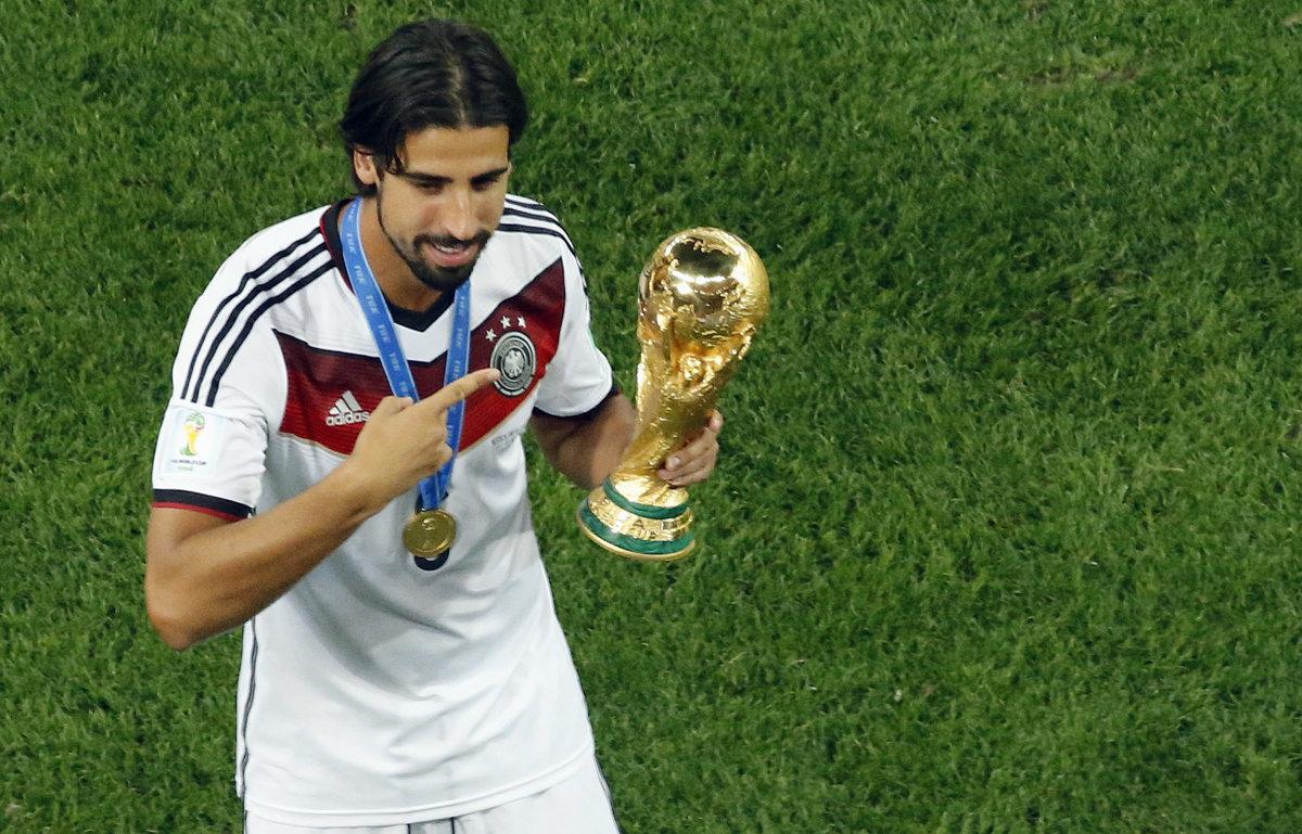ca145f6462363 Nemecký futbalista Sami Khedira pózuje s trofejou pre majstrov sveta za rok  2014.