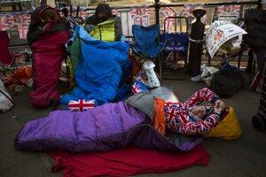 Žena spí pred Windsorským zámkom pred blížiacou sa svadbou princom Harrym a Meghan Markleovou.